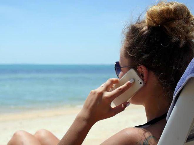 С телефоном на море