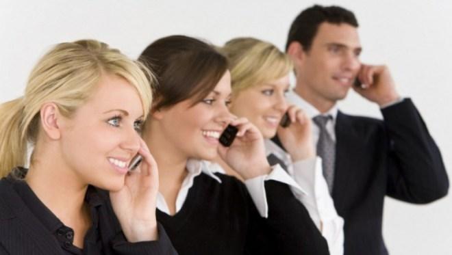 Бизнесмены говорят по телефону