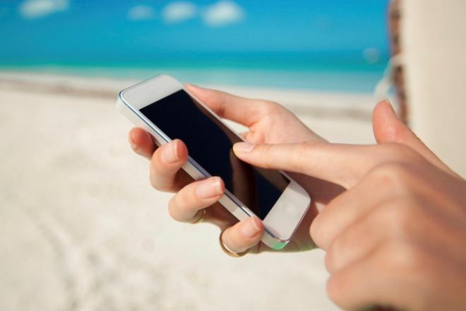 Мужчина с телефоном у моря