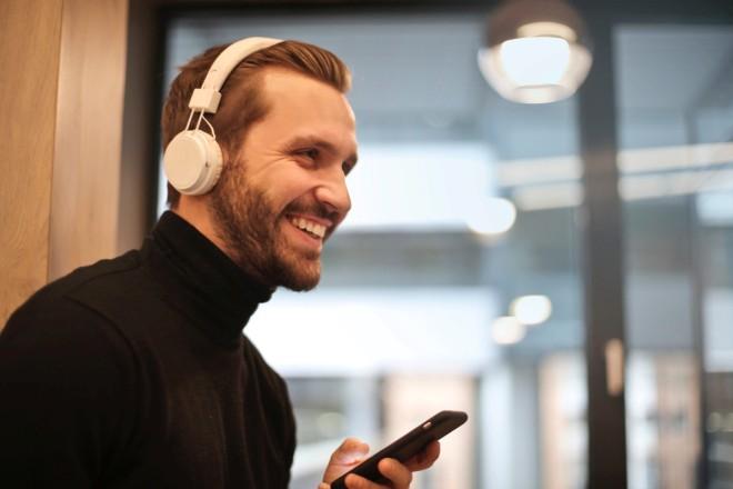 Прослушивание музыки на телефоне