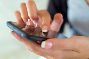 Включив мобильный по прибытию в другую стану, он должен подключится автоматически, если этого не произошло, необходимо это сделать вручную.