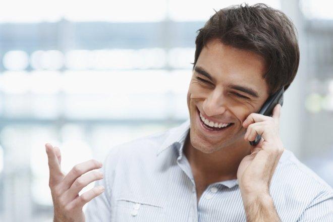 Бизнесмен говорит по телефону